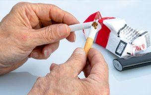 禁煙タバコ折る男性